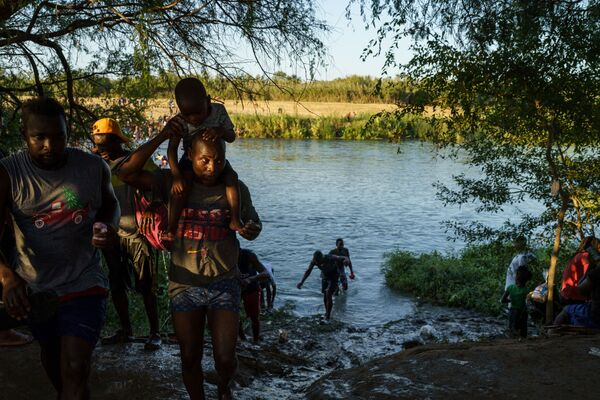 Haitian migrants continue to cross the US-Mexico border on the Rio Grande as seen from Ciudad Acuna, Coahuila state, Mexico on 19 September 2021.  - Sputnik International