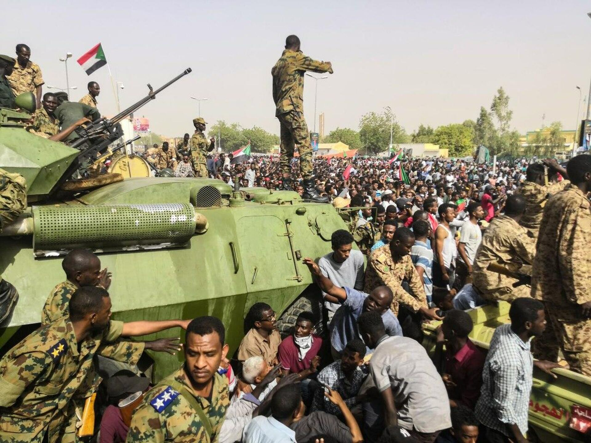Sudanese soldeirs stand guard around armoured military vehicles as demonstrators continue their protest against the regime near the army headquarters in the Sudanese capital Khartoum (File) - Sputnik International, 1920, 21.09.2021