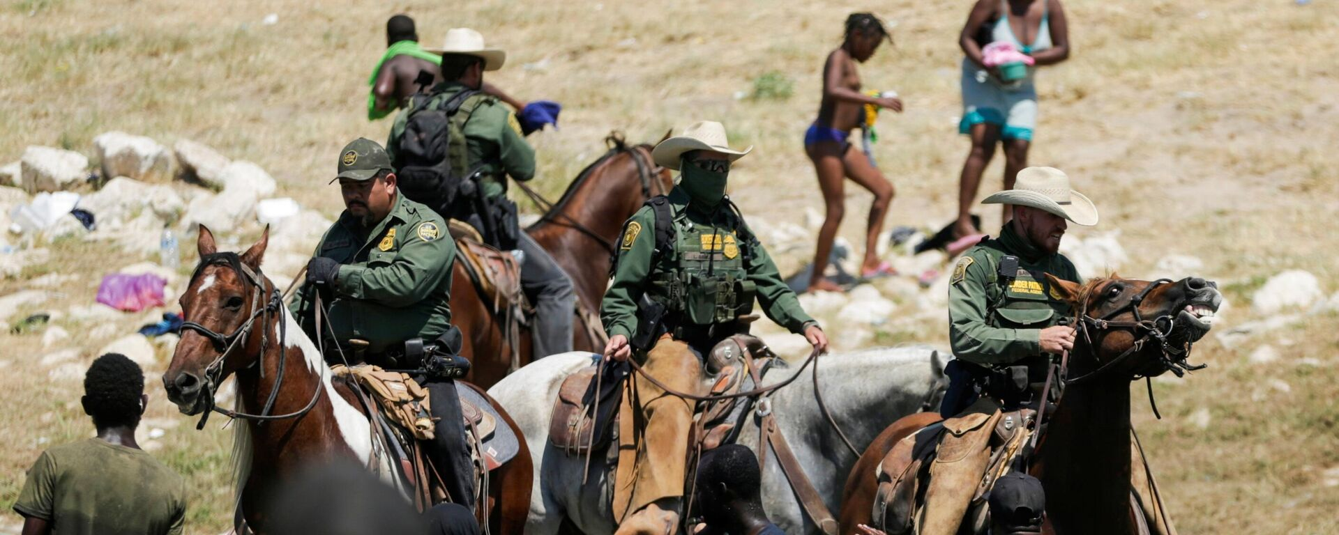 U.S. law enforcement officers on horseback block the way to migrants reaching the shores of the Rio Grande as they try to return to the United States after buying food in Mexico, as seen from Ciudad Acuna, Mexico September 19, 2021. Picture taken September 19, 2021 - Sputnik International, 1920, 20.09.2021