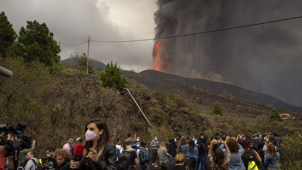 Журналисты во время медиа-тура возле вулкана на острове Ла-Пальма - Sputnik International