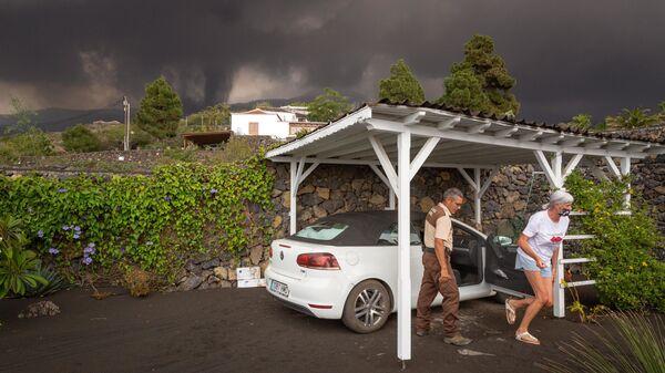 Местные жители покидают свои дома во время извержения вулкана на острове Ла-Пальма, в Лос-Льянос-де-Аридане, Испания - Sputnik International