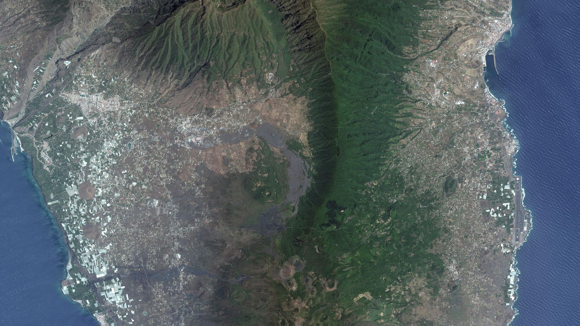 A satellite image shows the overview of Cumbre Vieja volcano on the island of La Palma, Spain on September 17, 2021 before the eruptions of the volcano. - Sputnik International, 1920, 23.09.2021