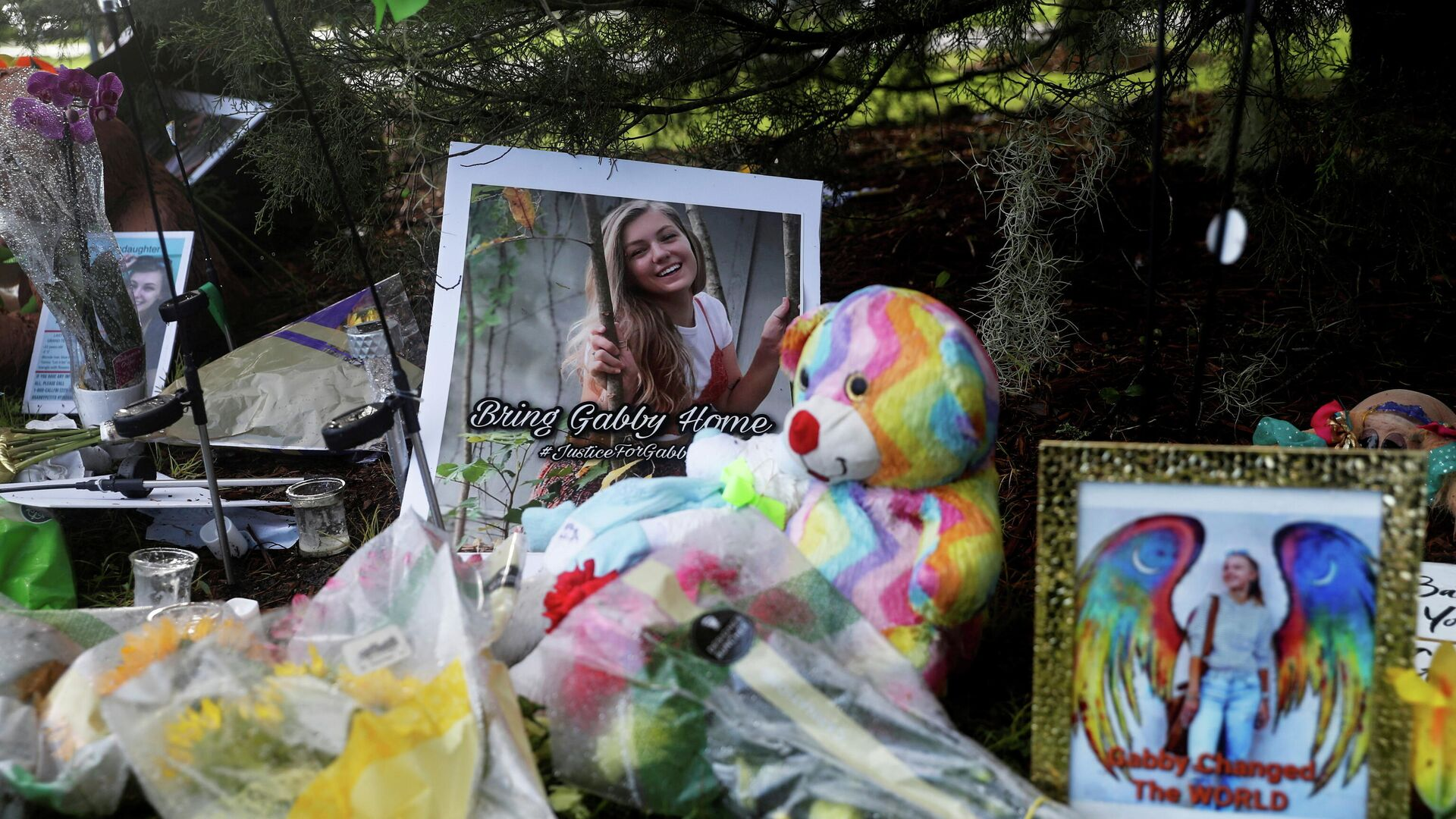 A makeshift memorial for Gabby Petito is seen, after a woman's body found in a Wyoming national park was identified as that of the missing 22-year-old travel blogger, near North Port City Hall in North Port, Florida, U.S., September 22, 2021 - Sputnik International, 1920, 26.09.2021