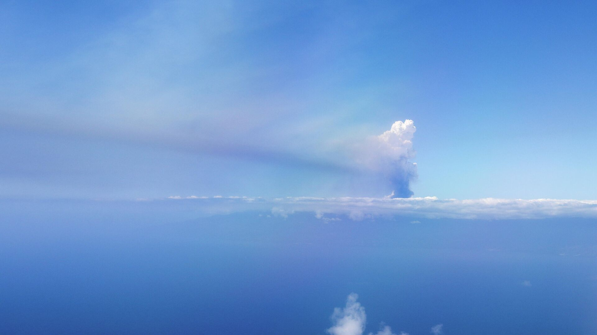 A cloud of smoke from an erupting volcano in the Cumbre Vieja national park, is seen from an aircraft, on the Canary Island of La Palma, Spain September 23, 2021 - Sputnik International, 1920, 25.09.2021