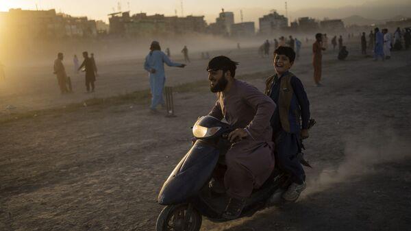 Афганцы катаются на скутере в парке Чаман-э-Хозари в Кабуле - Sputnik International