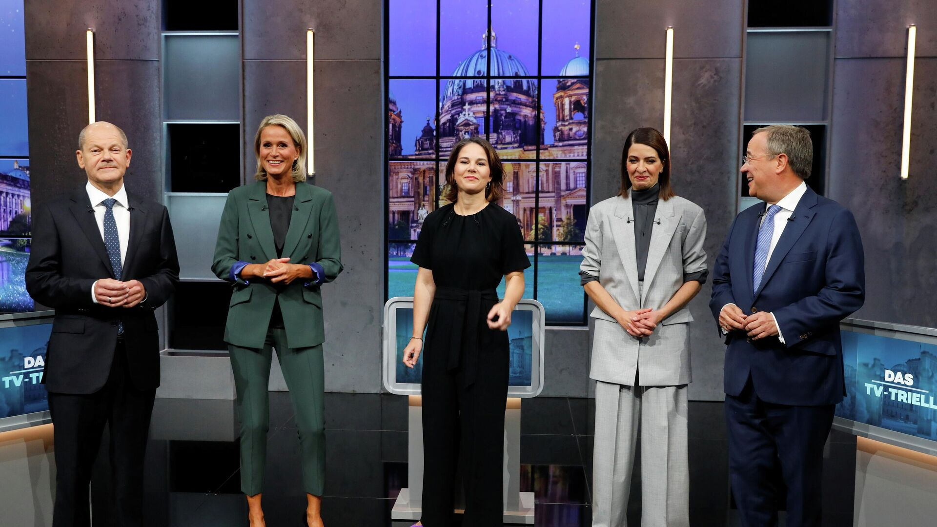 Candidates for the Federal elections Armin Laschet, CDU, Olaf Scholz, SPD and Annalena Baerbock, Greens pose with Linda Zervakis and Claudia von Brauchitsch for a photo, ahead of a TV talk show, in Berlin, Germany, September 19, 2021. REUTERS/Michele Tantussi - Sputnik International, 1920, 24.09.2021