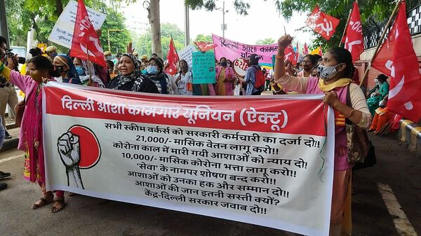 Dilli ASHA Kamgar Union (a group of healthcare activists) raising demand of INR 10,000 ($135) per month as COVID allowance and INR 21,000 ($284) per month as minimum pay - Sputnik International