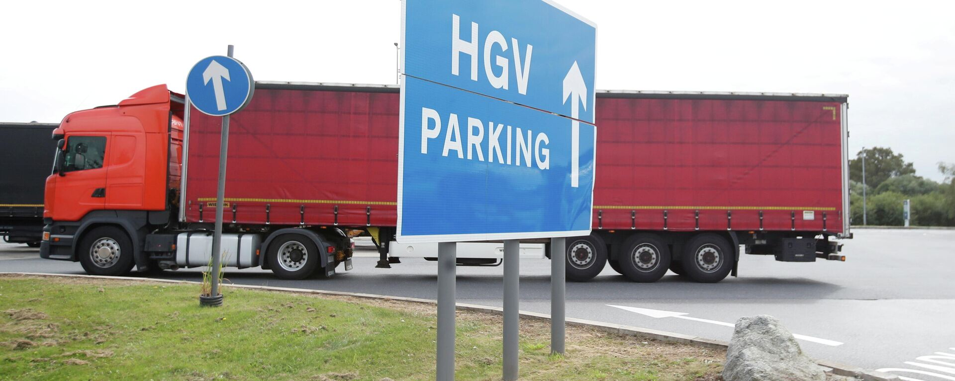 Lorries are seen at an HGV parking, at Cobham services on the M25 motorway, Cobham, Britain, August 31, 2021 - Sputnik International, 1920, 25.09.2021