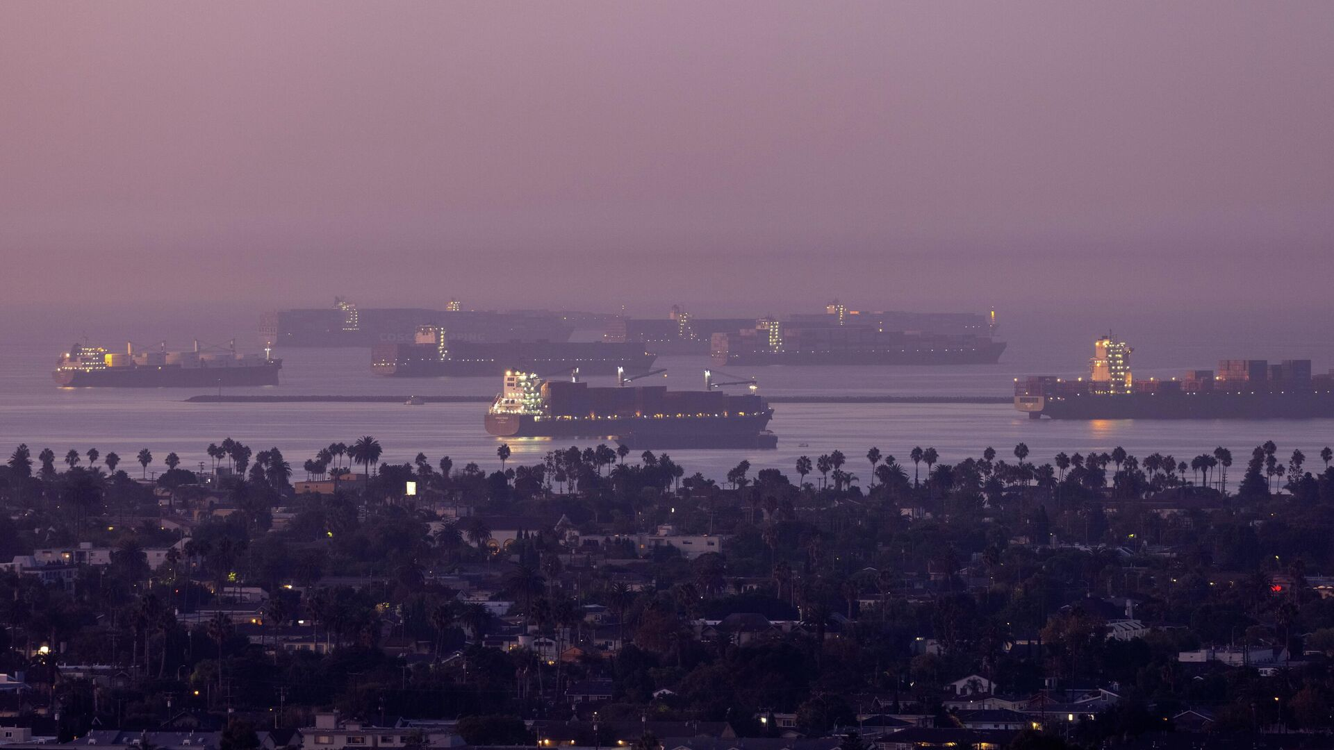 A record number of cargo container ships wait to unload due to the  jammed ports of Los Angeles and Long Beach near Long Beach, California, U.S., September 22, 2021. REUTERS/Mike Blake - Sputnik International, 1920, 25.09.2021