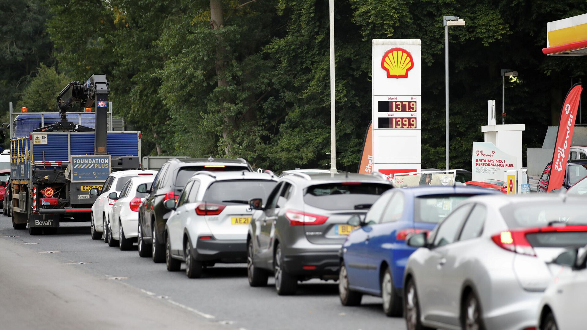 Vehicles queue to refill outside a Shell fuel station in Redbourn, Britain, September 25, 2021. REUTERS/Peter Cziborra - Sputnik International, 1920, 27.09.2021