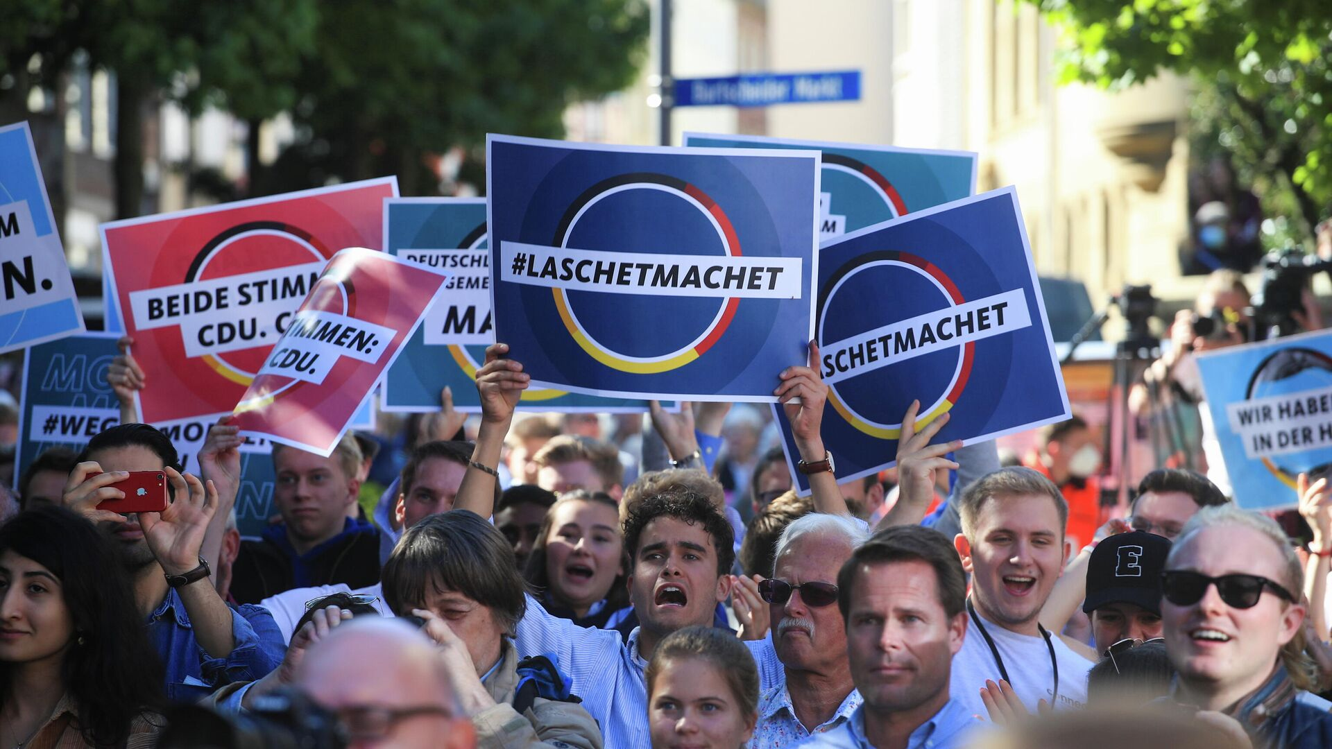 Supporters take part in a rally with German Chancellor Angela Merkel and North Rhine-Westphalia State Premier, Christian Democratic Union (CDU) party leader and candidate for chancellor Armin Laschet, ahead of the September 26 general election, in Aachen, Germany, September 25, 2021.  - Sputnik International, 1920, 26.09.2021