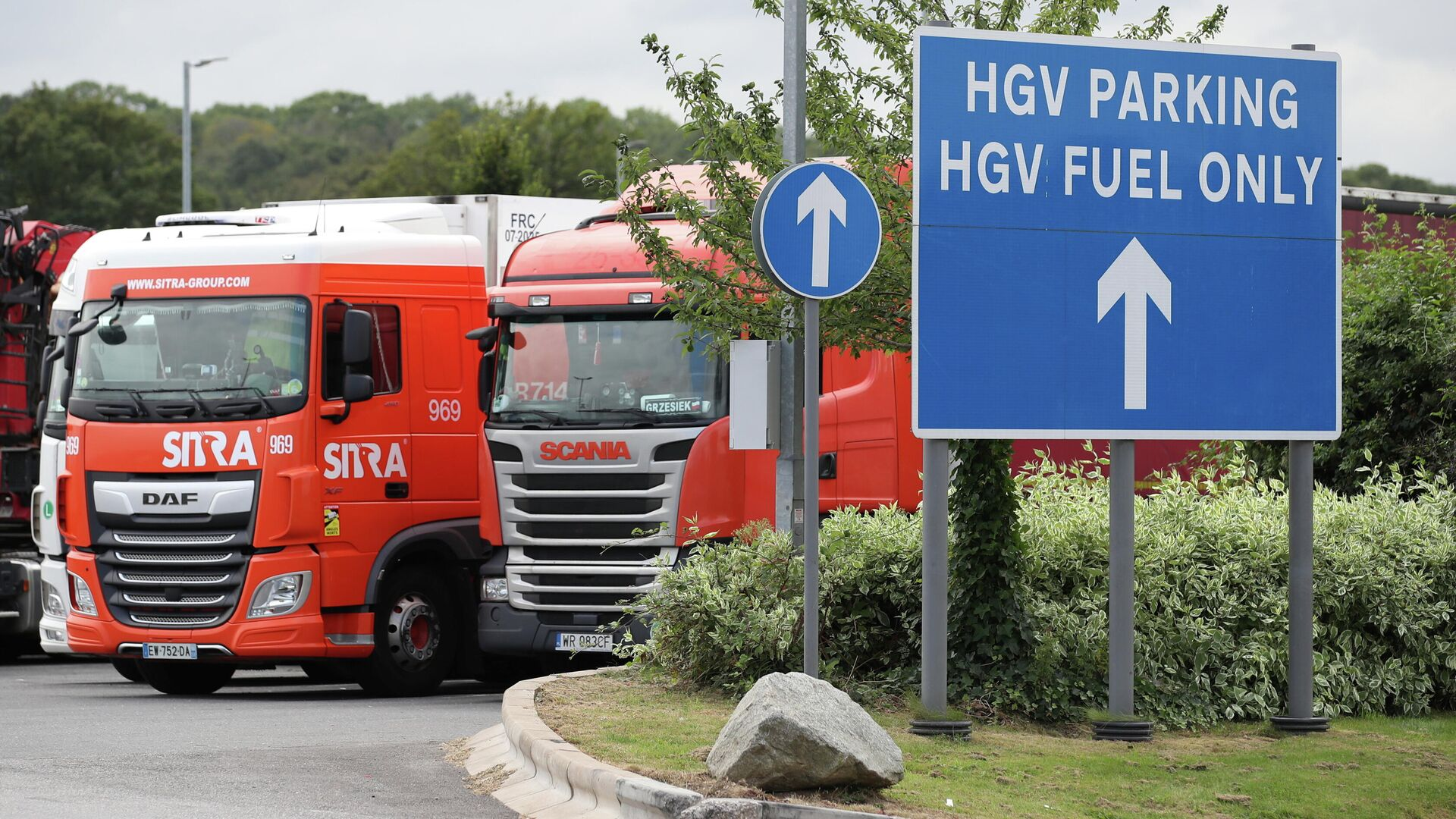 Lorries are seen at an HGV parking, at Cobham services on the M25 motorway, Cobham, Britain, August 31, 2021 - Sputnik International, 1920, 26.09.2021