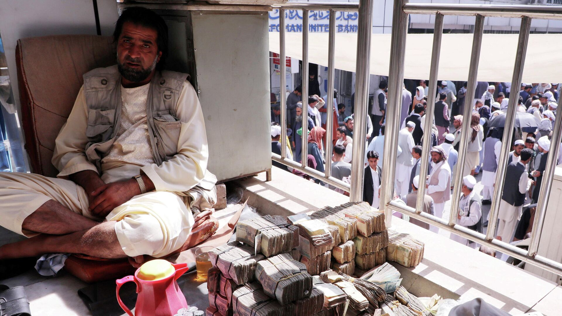 An Afghan money exchange dealer waits for customers at a money exchange market, following banks and markets reopening after the Taliban took over in Kabul, Afghanistan, September 4, 2021 - Sputnik International, 1920, 27.09.2021