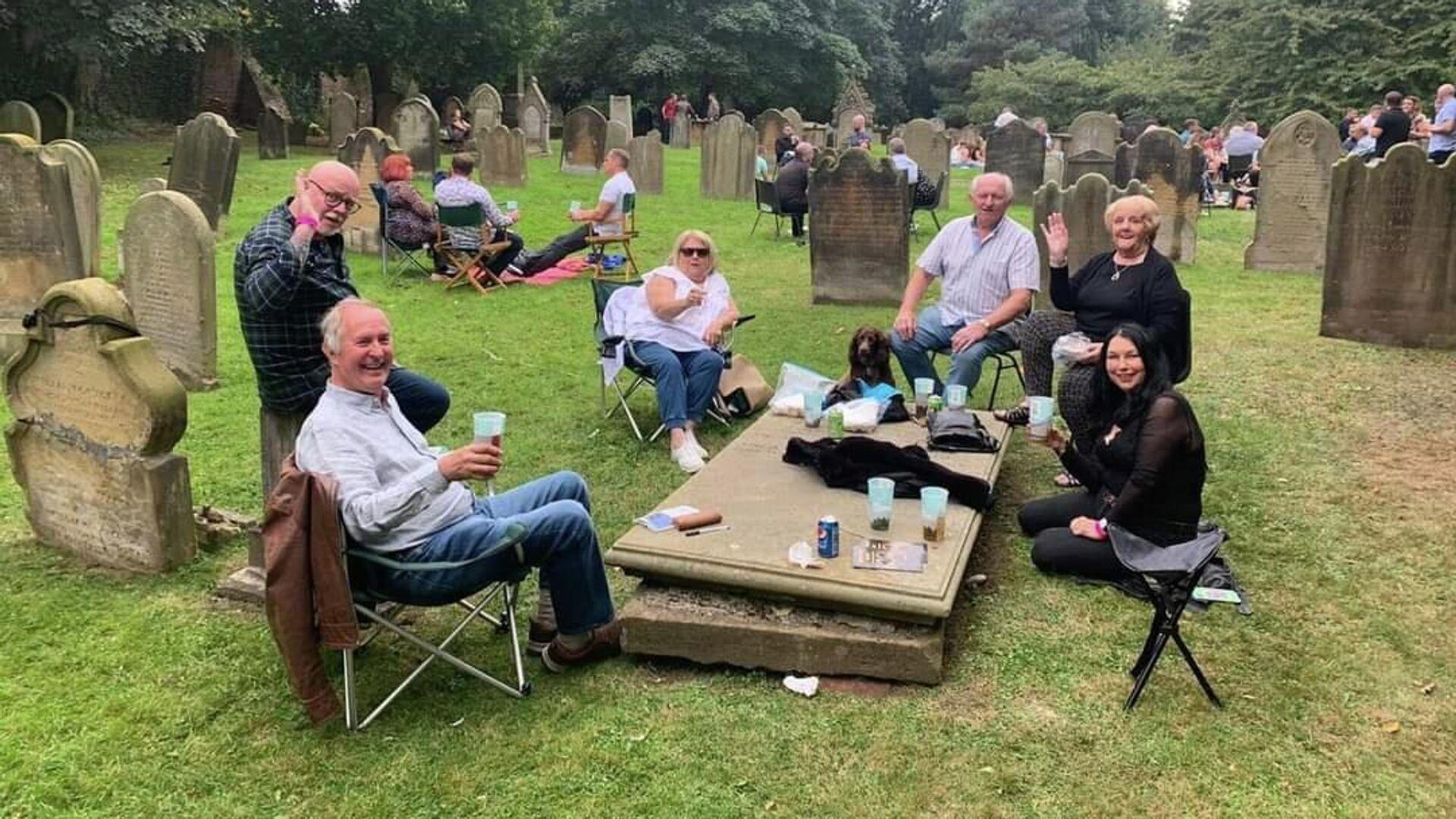 St. Mary's Church beer festival goers enjoy beverage in the church's graveyard. - Sputnik International, 1920, 27.09.2021