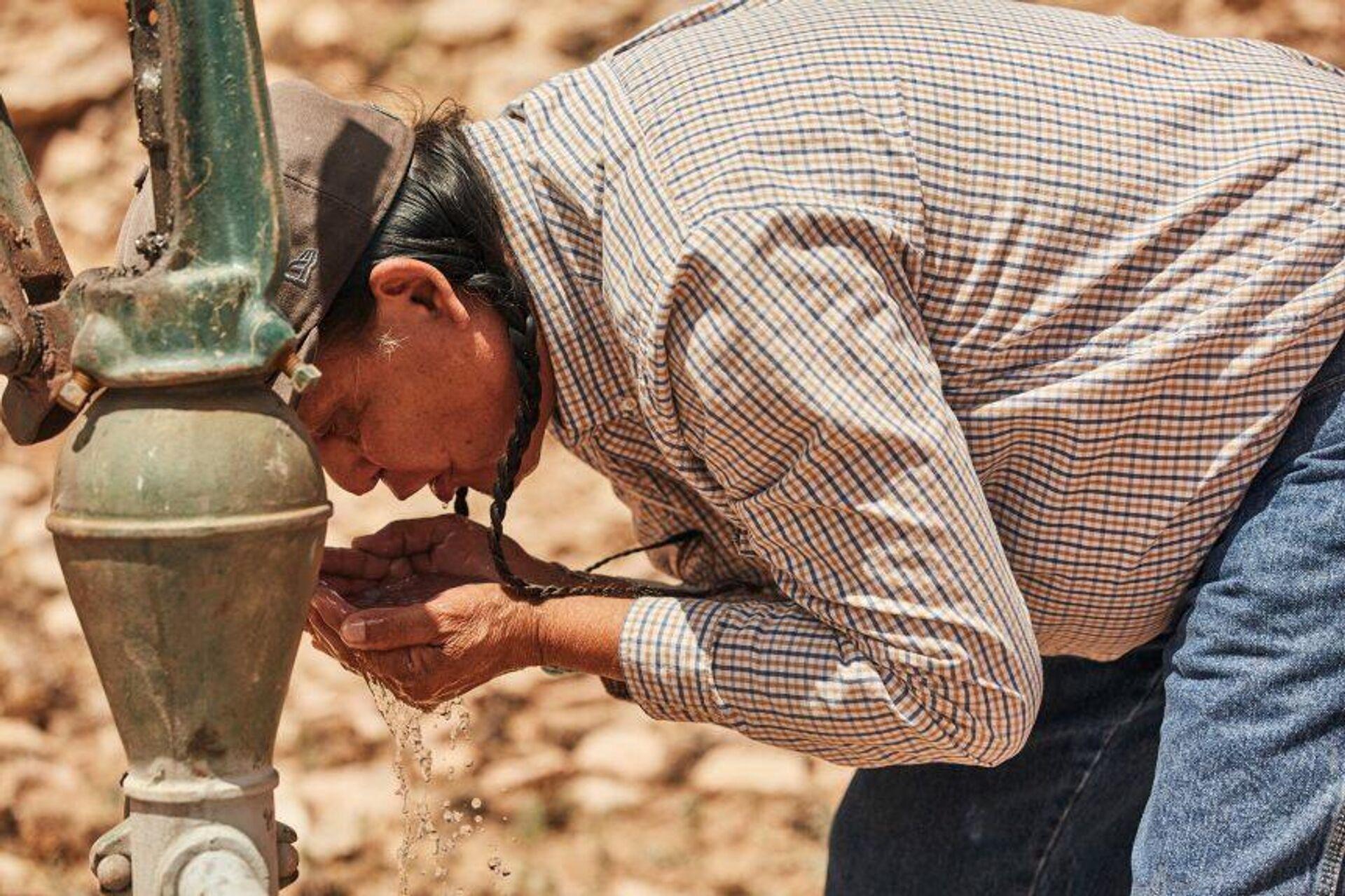 A Navajo man drinks from a water pump - Sputnik International, 1920, 27.09.2021
