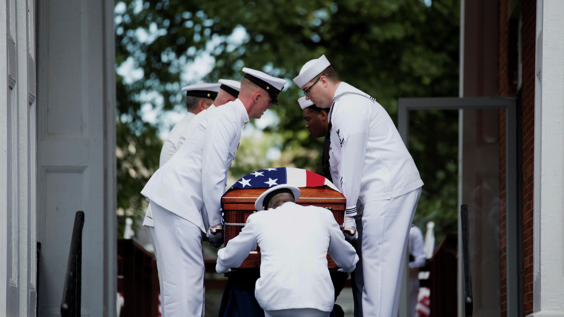 Members of the military carry the remains of U.S. Navy Corpsman Max Soviak, one of 13 U.S. service members killed in the airport suicide bombing in Afghanistan's capital Kabul, as they are returned to his hometown of Berlin Heights, Ohio, U.S., September 8, 2021 - Sputnik International, 1920, 28.09.2021