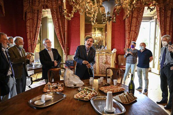 Итальянский ученый физик Джорджо Паризи в окружении коллег откупоривает бутылку игристого вина в честь получения Нобелевской премии, Италия - Sputnik International