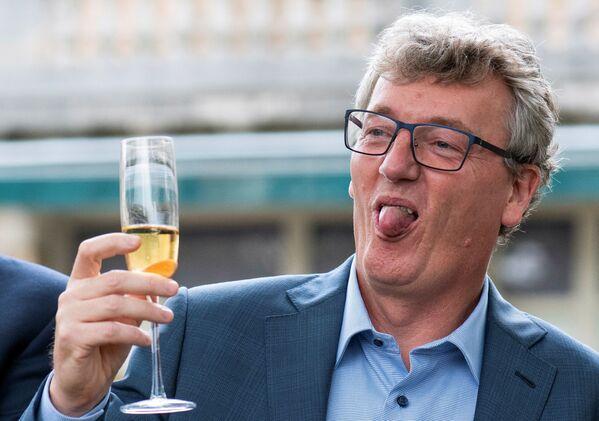 Британо-американский химик-органик Дэвид Макмиллан празднует получение Нобелевской премии бокалом шампанского в Принстоне, штат Нью-Джерси, США - Sputnik International