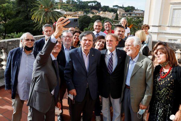 Лауреат Нобелевской премии по физике итальянский ученый Джорджио Паризи делает селфи со своими коллегами в Риме, Италия - Sputnik International
