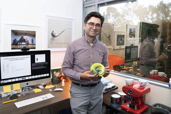Ардем Патапутян держит в руках модель протеина Piezo в Центре неврологии Дорриса - Sputnik International
