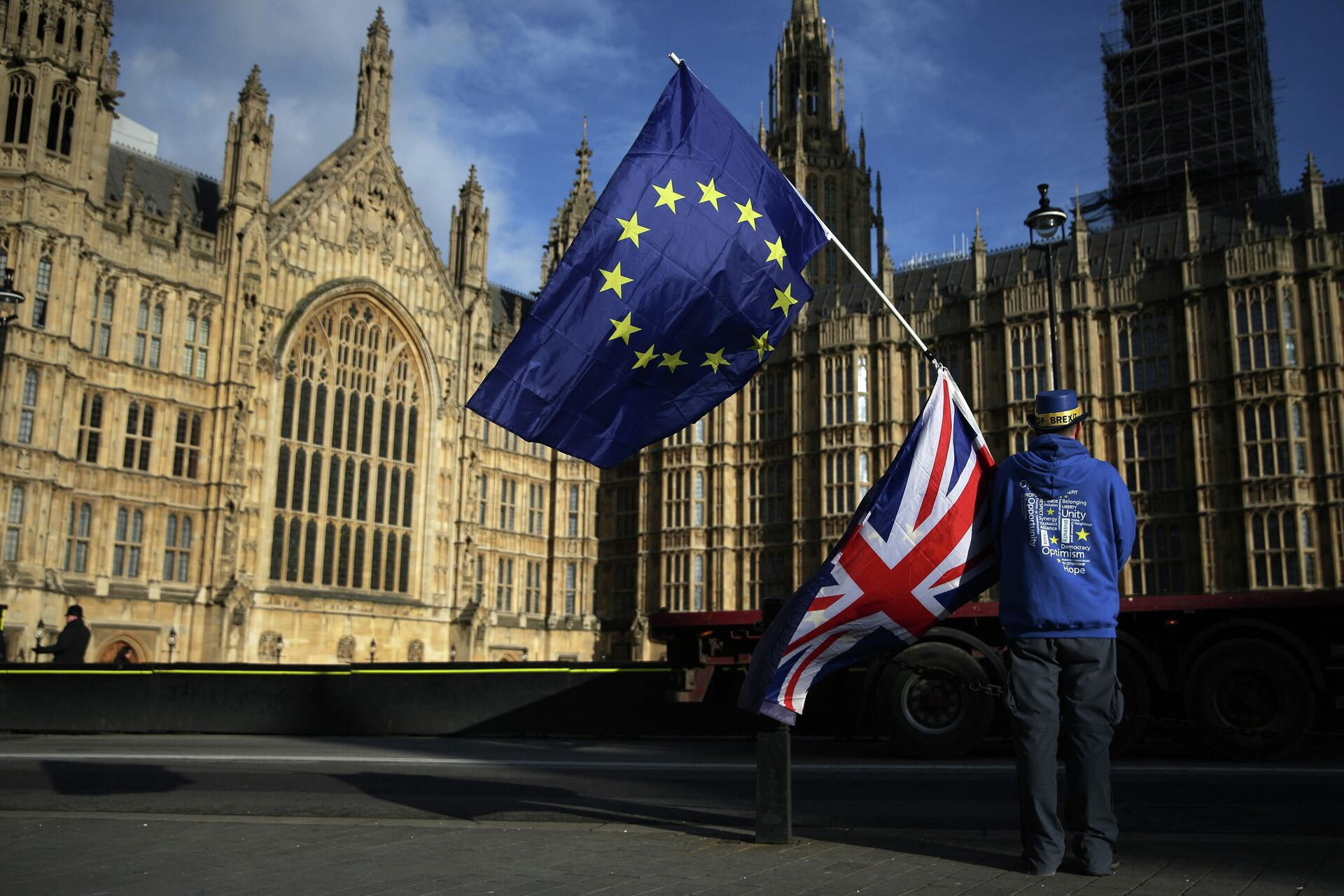 Pro-European Union,(EU), anti-Brexit demonstrator Steve Bray holds the EU and UK flags outside the Houses of Parliament, in central London on January 22, 2018 - Sputnik International, 1920, 14.10.2021