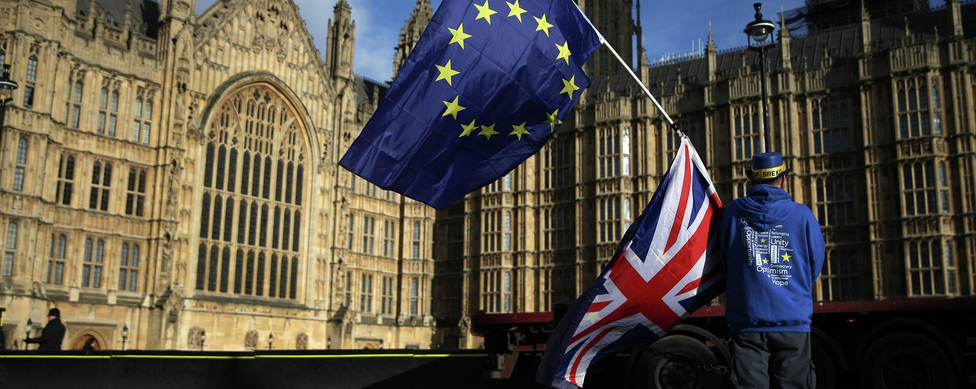 Pro-European Union,(EU), anti-Brexit demonstrator Steve Bray holds the EU and UK flags outside the Houses of Parliament, in central London on January 22, 2018 - Sputnik International, 1920, 09.10.2021