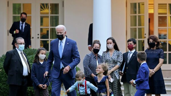 U.S. President Joe Biden plays the yoyo with the children of military aides who were promoted today, before he departs for Delaware at the White House in Washington, U.S., October 8, 2021 - Sputnik International