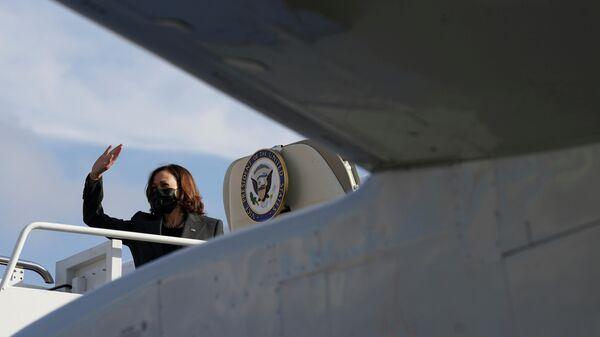 U.S. Vice President Kamala Harris waves as she departs Joint Base Andrews in Maryland, U.S., October 8, 2021 - Sputnik International