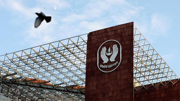 FILE PHOTO: A bird flies past a logo of Life Insurance Corporation of India (LIC) at one of its offices in New Delhi, India September 14, 2021 - Sputnik International