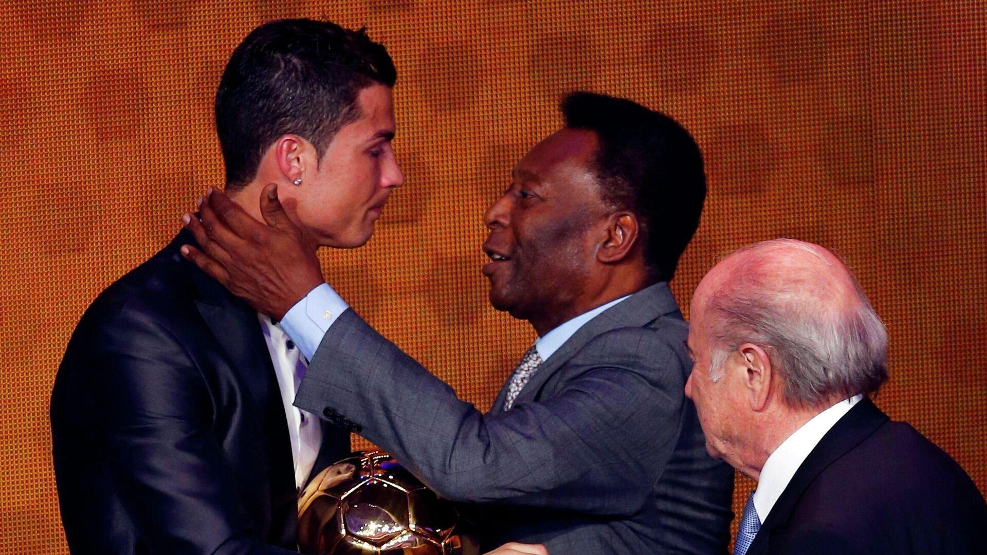 Portugal's Cristiano Ronaldo is congratulated by Pele after being awarded the FIFA Ballon d'Or 2013 in Zurich January 13, 2014 - Sputnik International, 1920, 13.10.2021