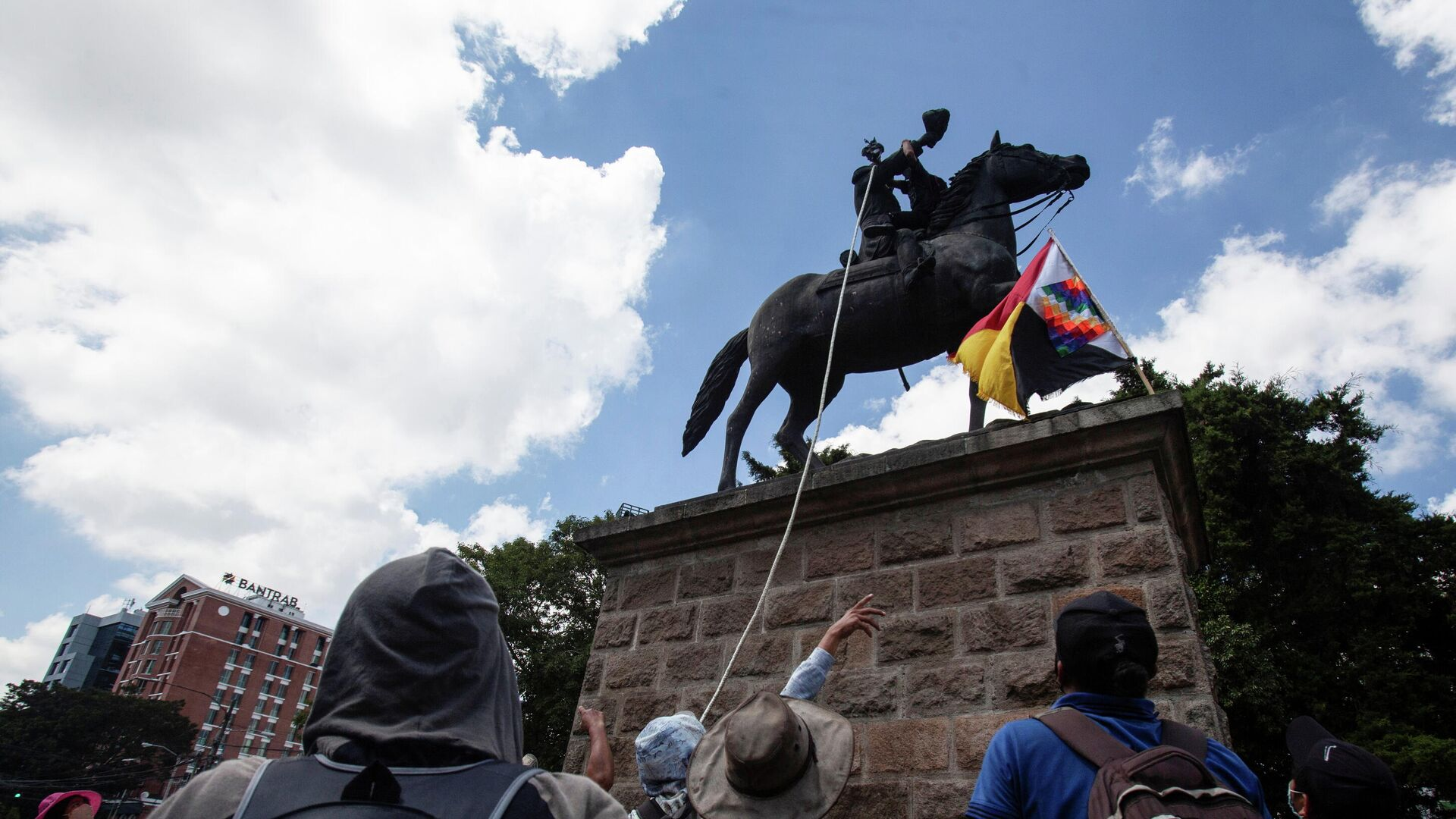 Demonstrators attempt to topple the statue of former President Jose Maria Reina Barrios during protests against the treatment of indigenous people by European conquerors, during Hispanic Heritage Day, in Guatemala City, Guatemala, October 12, 2021 - Sputnik International, 1920, 13.10.2021