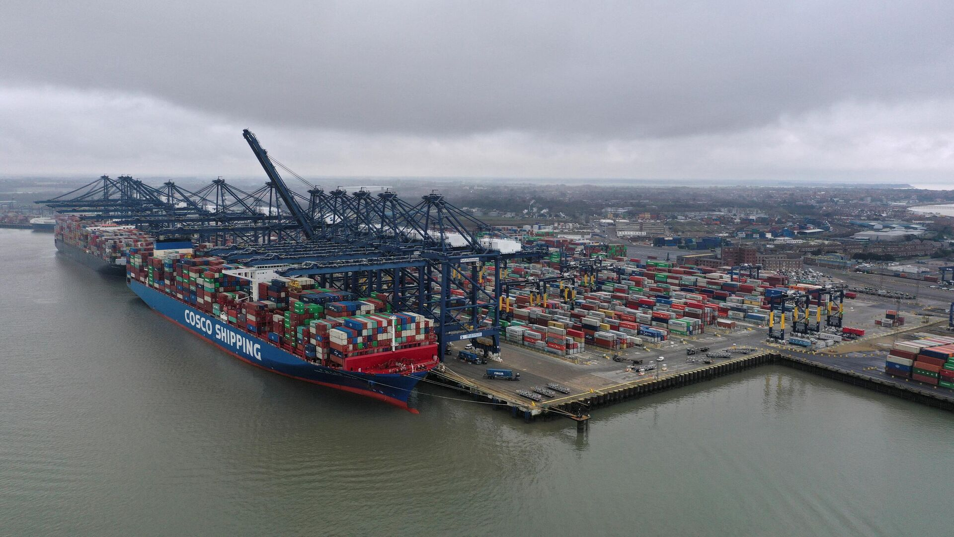 Container ship 'CSCL Atlantic Ocean' is docked at the Port of Felixstowe, east of London on March 4, 2021 - Sputnik International, 1920, 13.10.2021