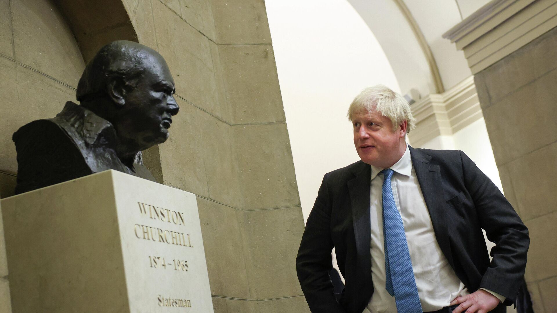 British Prime Minister Boris Johnson looks at a bust of Winston Churchill as he departs the U.S. Capitol following a visit with Congressional leadership on September 22, 2021 in Washington, DC. - Sputnik International, 1920, 13.10.2021
