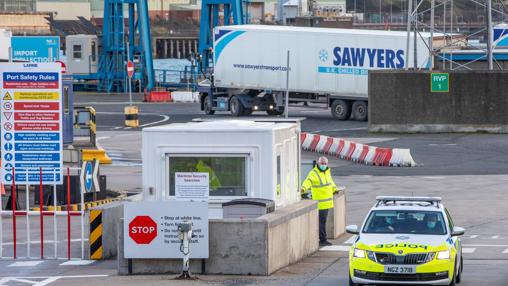 Police and officials patrol as truckers carrying freight from Scotland disembark a ferry at the Port of Larne in County Antrim, Northern Ireland on January 1, 2021, as a new trade border between Northern Ireland and the rest of the UK began operating at 23:00 GMT on December 31, 2020. - Sputnik International, 1920, 14.10.2021