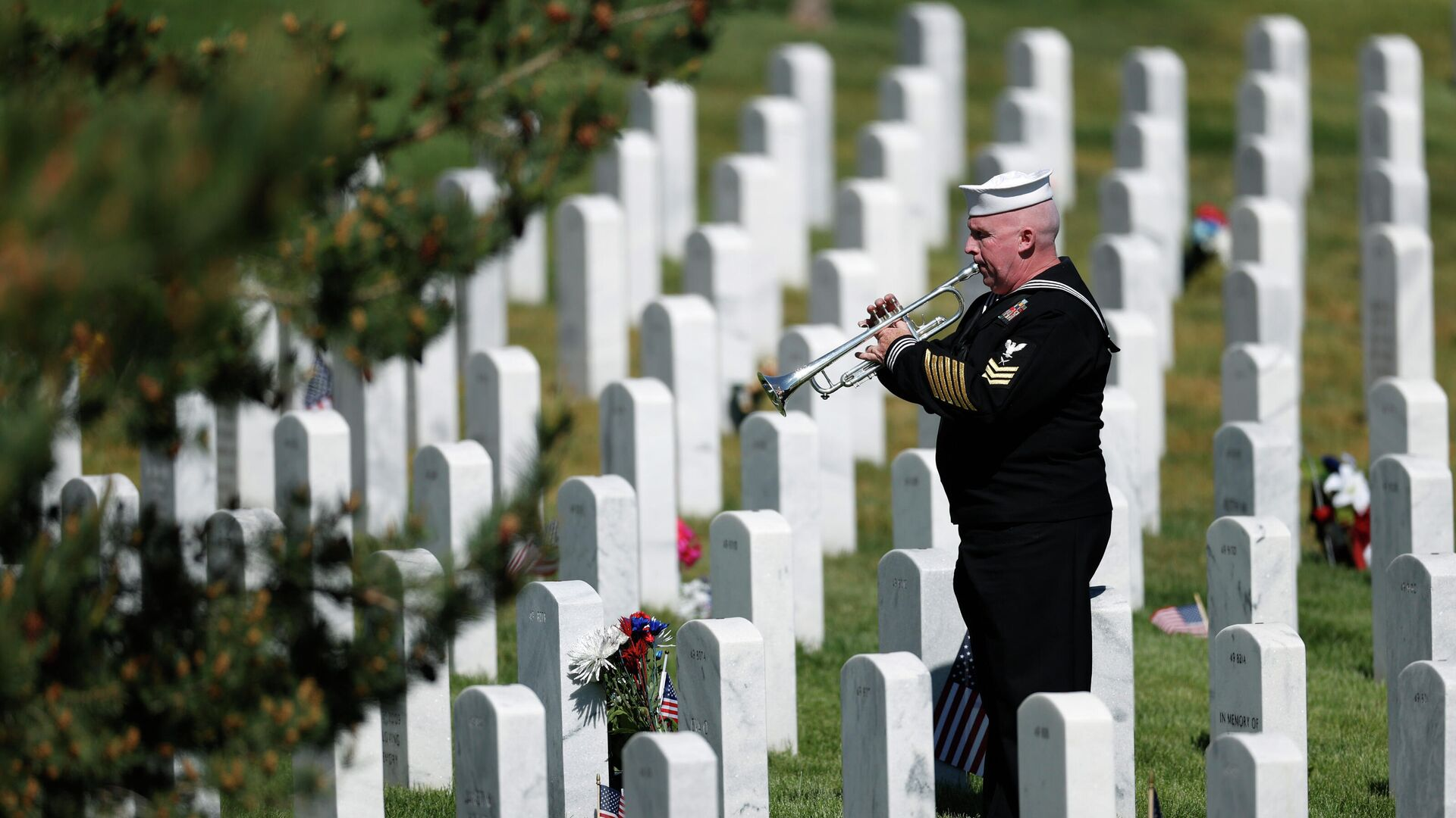 Retired U.S. Navy Yeoman First Class Mark Stallins plays Taps for Memorial Day at a gravesite in Fort Logan National Cemetery Monday, May 25, 2020, in Sheridan, Colo. - Sputnik International, 1920, 14.10.2021