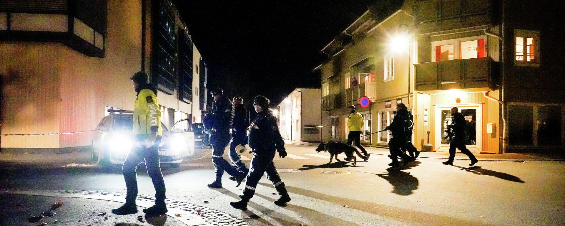 Police officers investigate after several people were killed and others were injured by a man using a bow and arrows to carry out attacks, in Kongsberg, Norway, October 13, 2021 - Sputnik International, 1920, 14.10.2021