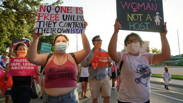 Supporters of reproductive choice take part in the nationwide Women's March, held after Texas rolled out a near-total ban on abortion procedures and access to abortion-inducing medications, in Brownsville, Texas, U.S. October 2, 2021 - Sputnik International
