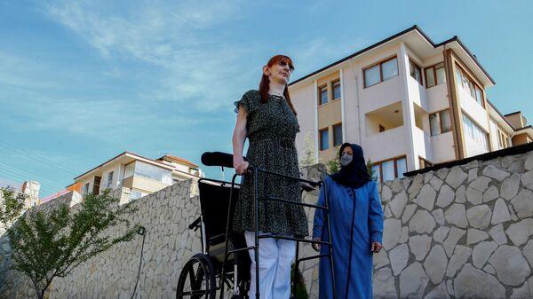 Самая высокая женщина в мире Румейса Гельги позирует со своей матерью Сафие Гельги во время пресс-конференции, Турция - Sputnik International