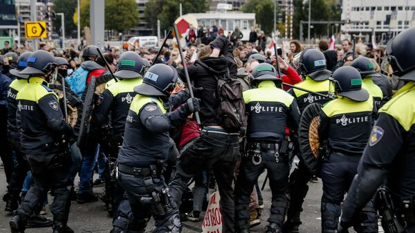 Protesters clash with riot police officers as they demonstrate to demand a radically different housing policy from the government, on October 17, 2021 in Rotterdam - Sputnik International