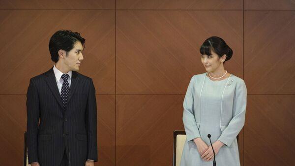Бывшая принцесса Мако с мужем Кэй Комуро на пресс-конференции после свадьбы в Токио  - Sputnik International