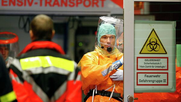 Medical staff members work during the arrival of an Ebola patient - Sputnik International