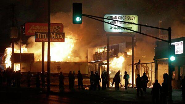 People gather around the burning stores in Ferguson - Sputnik International