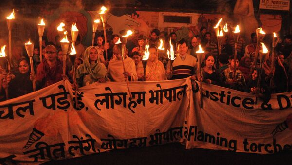 Clean up the mess! Survivors and their supporters take part in a torchlight protest rally calling for justice on the 29th anniversary of the Bhopal Gas Disaster. - Sputnik International
