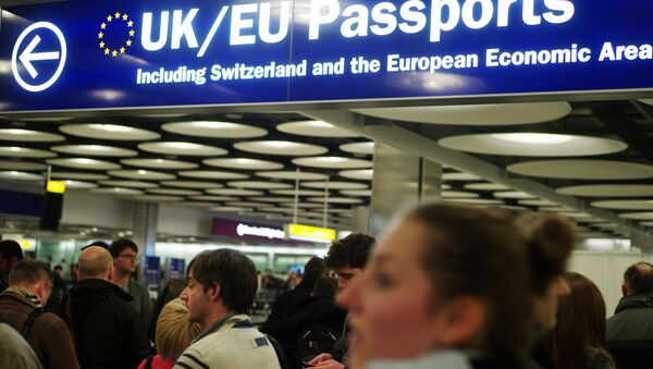 Travellers at Heathrow queue to have their passports checked at the UK border - Sputnik International