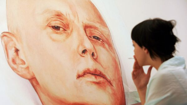An art gallery visitor looks at a painting showing Alexander Litvinenko - Sputnik International