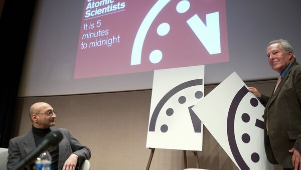 Climate scientist Richard Somerville, member, Science and Security Board, Bulletin of the Atomic Scientists, right, unveils the new Doomsday Clock. - Sputnik International