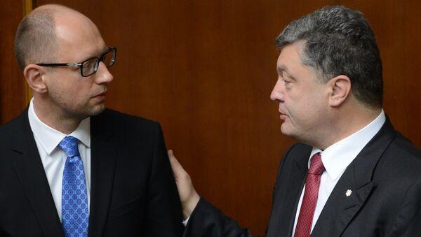 Ukrainian President Petro Poroshenko (R) and Prime Minister Arseny Yatsenyuk(L) - Sputnik International