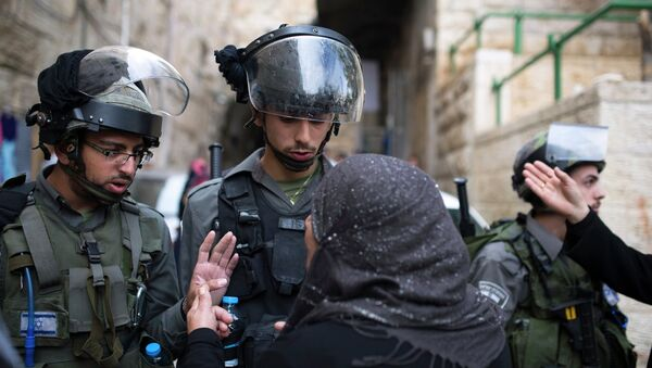 A Palestinian woman argues with Israeli border police near the Lions Gate in the Old City of Jerusalem - Sputnik International