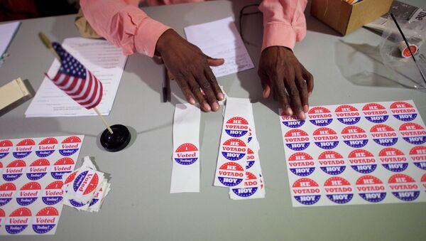 A majority inspector arranges 'I Voted Today!' stickers at registration on U.S. midterm election day morning at Holmes School Senior Center in Philadelphia, Pennsylvania, November 4, 2014 - Sputnik International