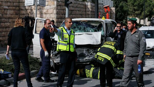 An Israeli police officer gestures in front of the vehicle of a Palestinian motorist who rammed into pedestrians at the scene of the attack in Jerusalem November 5, 2014 - Sputnik International